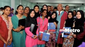 KULIM, 22 Mei -- Menteri Pendidikan Datuk Seri Mahdzir Khalid bergambar dengan pelajar-pelajar Pusat Tingkatan Enam Sekolah Menengah Kebangsaan Taman Mahsuri, Padang Serai, Kulim, Ahad. Sebelum itu menteri merasmikan Kolej Tingkatan Enam Kulim di sekolah sama. --fotoBERNAMA (2016) HAK CIPTA TERPELIHARA